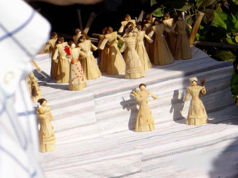 Bonecas_de_artesanato_feitas_com_filha_de_milho_obtida_ao_desfolhar_a_maçaroca,_Ilha_Terceira,_Açores,_Portugal.