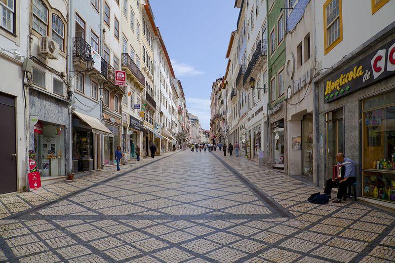 1280px-Rua_Visconde_da_Luz,_Coímbra,_Portugal,_2012-05-10,_DD_01