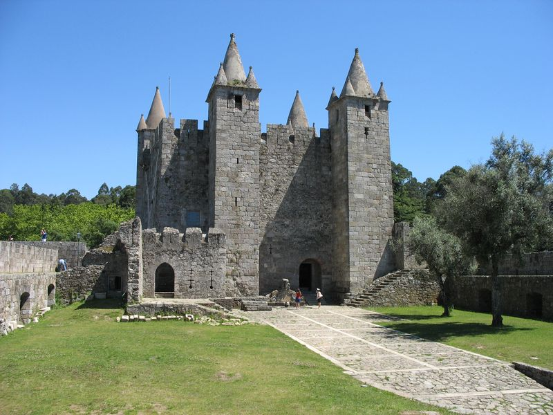 Vista_exterior_do_castelo_de_Santa_Maria_da_Feira