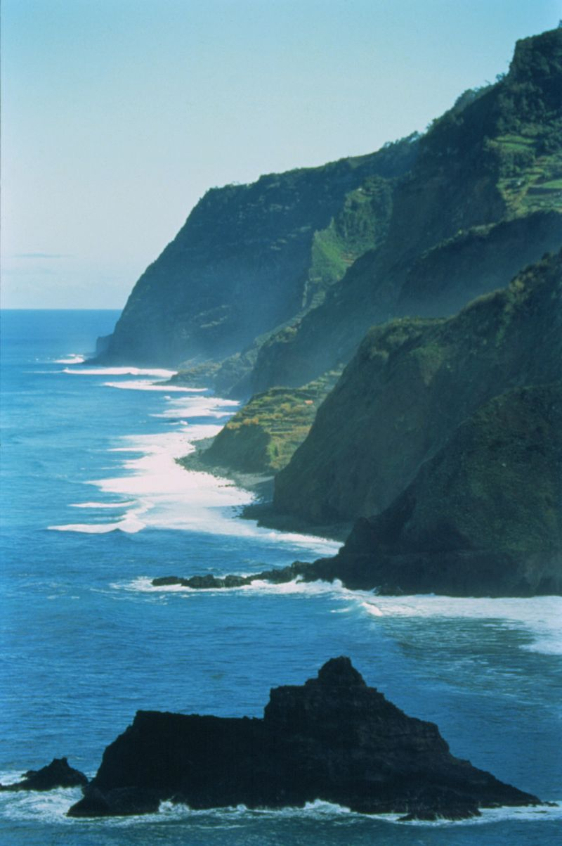 Cliffs in Madeira Island T09AVH0E - Photo credit to Jose Manuel