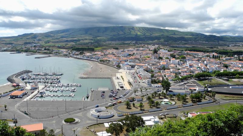 Praia_da_Vitória_-_Sicht_von_Süden_über_Stadt_mit_Hafen